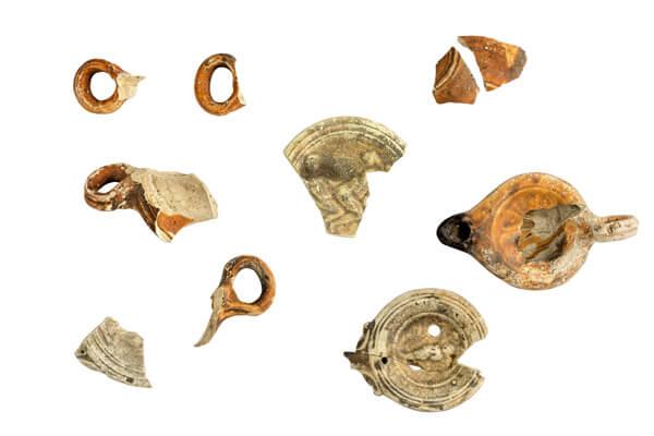 Fragmenten van olielampen.