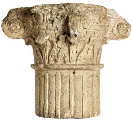 Komposietkapiteel, combinatie van de acanthusbladeren van de Korinthische orde met de voluten van de Ionische.