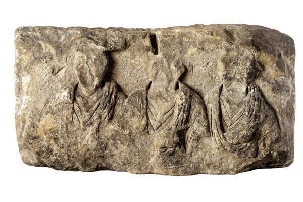 Reliëf met mannenbustes, onderdeel van een grafmonument.